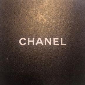 Overvejer at sælge min Chanel halskæde, såfremt rette pris opnås. Jeg forbeholder mig retten til ikke at sælge. Halskæden er købt i CHANEL på Fifth Avenue i New York, 2013. Der haves ingen kvittering, da jeg smed denne ud for at undgå en større toldafgift. Jeg står inde for varens ægthed, og Chanel ville kunne verificere varens autencitet. Prisen dengang var ca 8300 DKK, men har set halskæden hos Vestaire Collective til 10.000 DKK her i 2019. Bud modtages, bytter ikke, og bud under 7000 ignoreres.