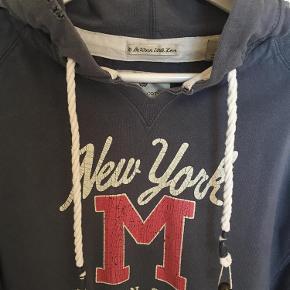 Varetype: Sweatshirt Størrelse: 2 Farve: Se billede Prisen angivet er inklusiv forsendelse.