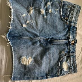 Sælger denne zara nederdel da den er for stor til mig. Ved ikke hvad nypris var da det er en jeg har arvet💕 Mp er 125 inkl fragt!🤍