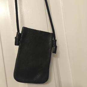 Enkel mobiltaske i sort skind 7x13cm. 50kr Kan hentes kbh v eller sendes for 40kr dao