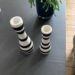 To Kähler lysestager i hvid med sorte striber på hhv. H24 cm og H16 cm.   Nypris: H24: 249,95 H16: 149,95  Sælges samlet.  Står som nye, da der aldrig har været stearinlys i.