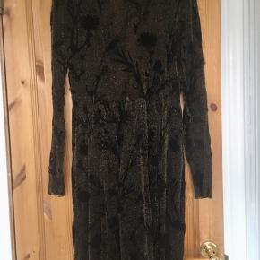 """Smuk kjole fra Envii i sort med velour-blomstertryk og """"guldstøv'. Kjolen er gennemsigtig øverst og med sort underskørt nederst. Brugt nogle gange, men så fin som ny.  Jeg foretrækker at handle via Trendsales og sende med DAO. Alternativt via MobilePay.  Køber betaler gebyr og fragt.  #30dayssellout"""