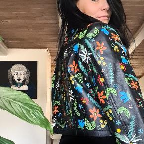 Unik eksklusiv håndmalet jakke. Super blød og lækker lammeskindsjakke med håndmalet blomster. Str er L/40 Pris 1250,-  Se flere ting under profil.  Laver også på bestilling.   #unikjakke #denim #coat #denimjakke #kunst #vintage #genbrug #kunstpåtøj #retro #fashion #style #unikttøj #flowerart #flowers