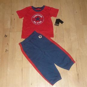 Lækkert sæt fra Converse, som aldrig har været brugt - stadig med mærke. Størrelsen hedder 24 m / 85-90 cm, dvs. at det er lidt mindre i størrelsen end en normal str. 24m.  Bud fra 125 kr. pp.  Den oplyste portotakst er for forsendelse med DAO.  Jeg bytter ikke.  Sæt med t-shirt og bukser / sweatpants Farve: Rød, Mørkeblå