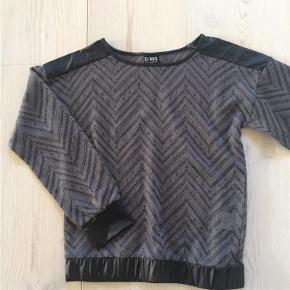 Varetype: Pige bluse grå og sort Størrelse: 10år Farve: Se billeder  Bluse str. 10 år med sorte satin kanter   Handler gerne via mobilpay - ellers plus gebyr :-)  Spørg og byd........