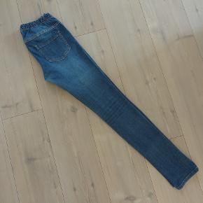 Jeans, Pieces, str. 26, Blå, Stræk, Næsten som ny  Str. liv 26 længde 32  Pæne og smarte jeans i cowboystof med stræk  Har elastik i taljen  Sender gerne hvis køber betaler fragt 37 kr