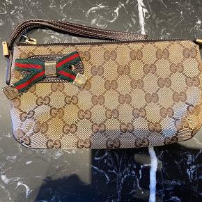 Fin Gucci clutch/pung. Perfekt i tasken til mobil, kort og makeup eller som festtaske. Flot stand. Måler 21x12 cm