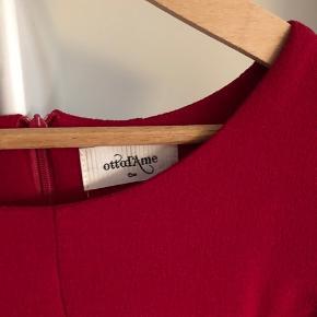 Nypris 1500kr Fantastisk rød kjole i enkelt fransk design Polyester, elastan