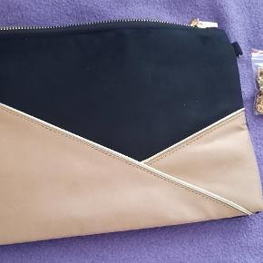 This is a light brown, black purse with a gold chain that goes over your shoulders and a zipper on the top. The purse has a nice feel to it and is very basic. There is a a nice openness to this light brown, black purse for all of your belongings. The brand is Moow.   visit debstilbud.dk