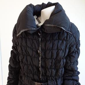 Brand: discovering Varetype: Lækker dun jakke Farve: Sort Oprindelig købspris: 2799 kr.  Stadig med tags  Brystvidden måler 2 x 54 cm  Taljen måler 2 x 47 cm  Længden 97 cm