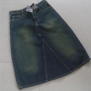 Nederdel Denim Aldrig brugt Cowboynederdel. Størrelse: 34 / XS / S  Lækker cowboy nederdel.  længde ca 69 cm. Livvidde ca 75 cm Aldrig brugt - stadig med tags / mærker Tager ikke billeder med tøjet på.