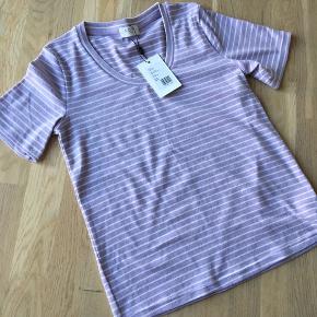 Norr t-shirt, str 38/M. Super fin lilla farve i blød kvalitet. Aldrig brugt.