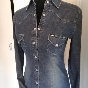 Skøn vintage denim skjorte fra Lois. Størrelsen hedder L men passer til M, der er lille i str. Sender gerne.