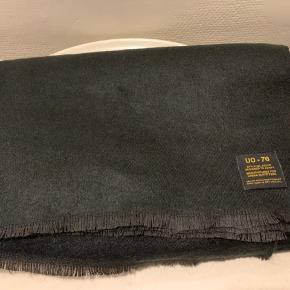 Sort unisex stort halstørklæde. Mål ca 140 x 200 cm Materiale mix af poly og acryl Købt i 19