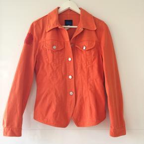 Flot jeans jakke fra Kenzo / fin blomst v. Skulder / bomuld / længde ca. 60 cm / brystmål ca. 2 x 46 cm / tager ikke flere fotos#blackfriday