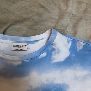 Sælger denne flotte skytrøje fra na-kd, da jeg slet ikke har fået den brugt. Trøjen passer en x-small, small og medium afhængig af hvordan den skal fitte💘