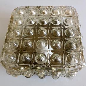 Super fin retro boble lampe i glas, som vi kender fra 70'erne. Den kan bruges på væggen eller i loftet og giver et virkeligt fint lys. Den er intakt. Måler 21cm x 21cm og dybden 11cm.