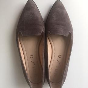 Super lækre sko fra unisa som er brugt en gang. Desværre for lille i str. Farven er muldvarpegrå😊