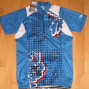 Brand: Vangård Varetype: cykel bluse NY Størrelse: Large Farve: se billede Oprindelig købspris: 450 kr.  Super lækker bluse, desværre forkert størrelse.