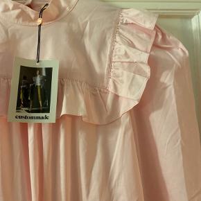 Super super fin NY bluse med mærker og en masse feminine detaljer
