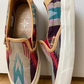 Fine farverige sneaks fra Vans i samarbejde med kunstner Taka Hayashi. ☀️  Brugt et par gange, men da modellen løber større end normale str. passer den en 36.   Kan hentes på Nørrebro.