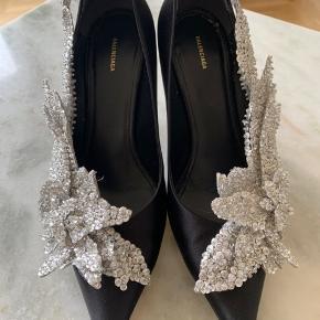 De er brugt tre gange - kun brugsspor på selve hælen, men det er virkelig begrænset ift det er silke-stiletter. Prisen er fast. De er fuldkommen udsolgte.