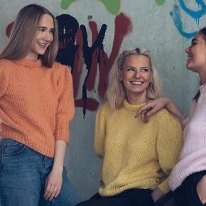 """Brand: FruStrik Varetype: Sweater, Trøje, bluse, strikbluse, striktrøje, Fru Strik Størrelse: S - M - L Farve: Mange Oprindelig købspris: 1395 kr.  Forårets mest trendy strikbluse. Håndstrikket i et meget lækkert garn fra """"Du store Alpakka"""" - overvejende bestående af baby alpaca. Bluserne her er vist i orange, gul og lys rød, men kan fåes i mange andre farver. Se farvekort.  Strikkes på bestilling i størrelse: S - M - L  Passer til en brystvidde på 83 - 92 - 102 cm"""