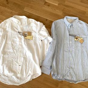 Skjorte 1: Hvid NN07 skjorte i str. XXL (aldrig brugt stadigvæk m. prismærke). Model: Derek Skjorte 2: Lyseblå / hvid stribet NN07 skjorte i str. XXL (aldrig brugt stadigvæk m. prismærke). Model: Derek  Nypris: 799,- DKK. 1 skjorte: 225,- DKK. 2 skjorter: 400,- DKK. Fragt er som udgangspunkt ikke inkluderet i prisen.  Jeg har lige nu et stort udvalg af tøj til salg. Hvis du er interesseret i at købe flere ting fra mig, så er jeg åben for at lave en god deal.
