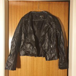 Fin faux læder jakke, fra ukendt mærke. I str. S