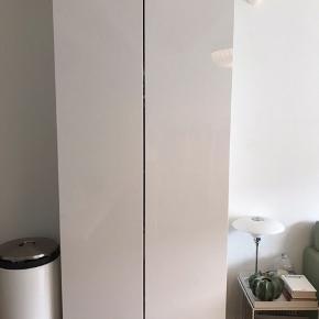 Flot garderobeskab fra Ikea - under et år gammelt.  580 stel 2 x højglans låger  5 x hylder 1 x skuffe  Dybde: 35 cm Bredde: 100 cm Højde: 236 cm  Skabet er skilt ad og skal afhentes i Højbjerg.