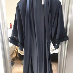 Sælger denne helt nye kimono/morgenkåbe fra Triumpf. Den er prøvet på som det eneste  Nypris: 500 kr  Mindstepris: 200 kr  Skriv for flere billeder  Sælges hvis det rette bud bliver budt Køber betaler fragt. Sendes med DAO