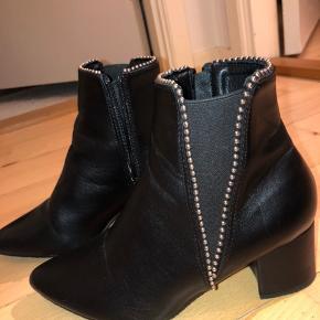 Lækre støvler med 6,5 cm hæl. Brugt et par gange.