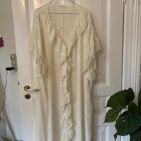 Fin hvid kjole fra H&M. Aldrig brugt:-)