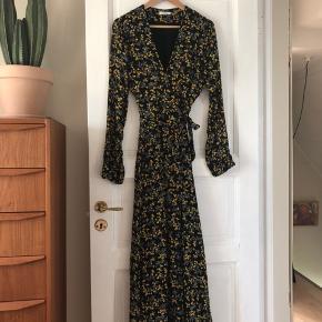 *Overvejer* at sælge min fin lang slå om-kjole fra Ganni, str. 40 (mærket inde i kjolen ved benet er klippet af, da det kunne ses når man sidder). Størrelsen er 40, men jeg er selve 36 og den passer mig perfekt, da Ganni kjoler plejer at være små i størrelsen.  Byd gerne!
