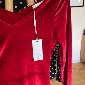 Blusen er kun prøvet på, den sælges, da den ikke passede😊  Er åben for bud🌸