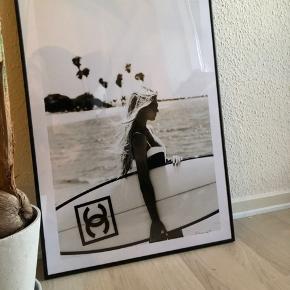 Jeg har lige fået denne mega fede plakat ind af døren den måler 50x70. Jeg har også købt en helt ny sort ramme til fra Føtex. Plakaten passer desværre ikke ind i min stil, som jeg ellers havde tiltænkt. Sælges derfor. Byd 🌸