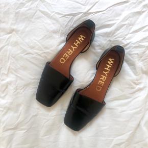 Super søde flats fra Whyred sælges. De er str. 38 og fremstår i super stand - læderet har ingen skader, skoen har kun lidt slid under sålen (se billede).