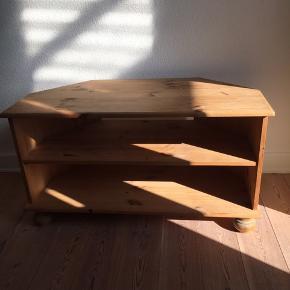 Brugt retro TV-bord sælges. Mål: L: 89 cm, B: 43 cm og H: 49 cm.