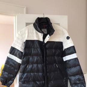 Sjælden Moncler jakke som kun er brugt få gange sælges billigt pga flytning.  Der er originale tags (og mulighed for at lave QR kode scanning for at tjekke at den er ægte).  Nypris 8000,-