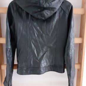 Lettere slidt læderjakke fra Saint tropez, med hætte som kan lynes af.