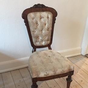 2 stk antikke spisebordsstole. Det er pletter på, men betrækket er fra 1923 så jeg har ikke nænnet at skrifte det. 150 kr pr stk