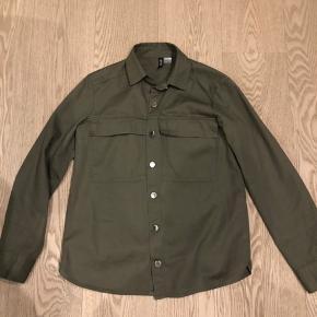 Fed grøn skjorte fra HM. Mærket er taget ud, men den er aldrig brugt eller vasket. Det er en XXS men svarer til en alm XS og S kan også passe den vil jeg mene.