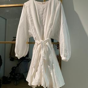 Langærmet kort kjole.