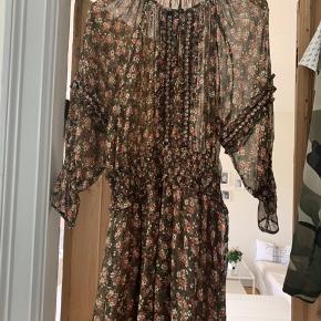 Aldrig brugt kjolen, da den desværre igen er for stor til mig...  Ellers super fin kjole, som kan bruges i alle sæsoner på året🌸  Byd ønskes!