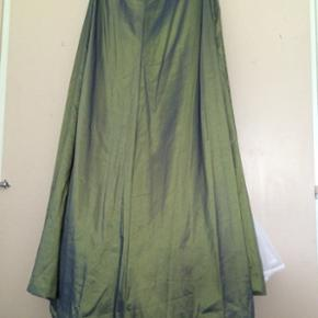 Gallakjole i tre dele lang nederdel, cossage overdel med snørre og skørte, passer fra en størrelse 38-46  Jeg giver 10 % på mine ting fra i dag og en mdr. Frem