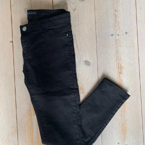 Der står EUR42 i bukserne, men de svarer til en størrelse xs/s