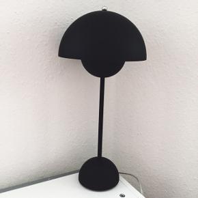 &Tradition Flowerpot VP3 Verner Panton mat sort bordlampe. Har kun stået fremme i få måneder. Æske haves muligvis. Nypris 2000 kr. 😊  Køber betaler porto og TS-gebyr ved TS-handel. Mobilepay haves.