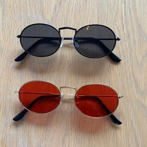 Sælger disse retro round sunglasses solbriller. Har dem i: Guld med rødt glas Sort med sort glas     Solbrillerne koster: 1 stk. 75 kr plus porto (10 kr) 2 stk. 120 kr plus porto (20 kr) - spar 30 kr   De kan også hentes i Århus  Solbrillerne ligger stadig i original emballage, og er derfor ikke brugt, kun til at vise på billedet