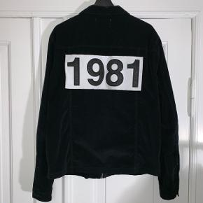 Tynd sort jakke i fløjl fra Won HundredNypris 1300,- Str. 54 (cirka Large) Jeg er omkring 190 cm på billedet
