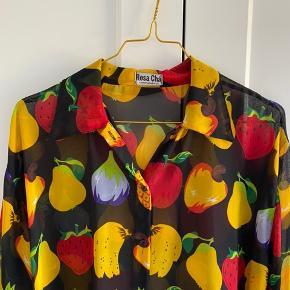 Skjorte med eksotiske frugter 🍒🍌🍉🥥  BEMÆRK: den er temmelig gennemsigtig.  Kan prøves afhentes på Nørrebro eller sendes med DAO, hvor køber betaler fragt 🌸